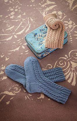 Socken im Zopf-Rippenmuster