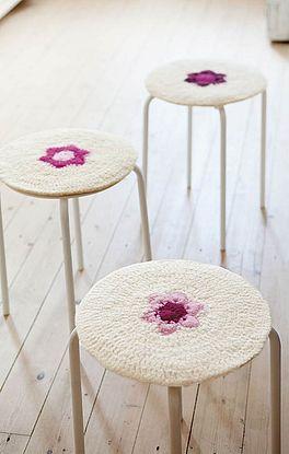 Hockerbezüge mit Blütenmotiv